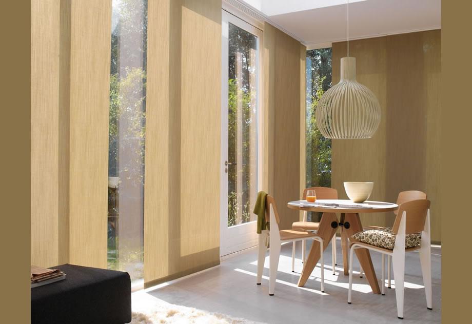 A Cortina Painel é a solução ideal para o controle de luminosidade em grandes aberturas, como portas, vidros e janelas de grandes dimensões, tem opções de tecidos que vão desde translúcidos até blackout. Os painéis deslizam e se sobrepõem facilmente.