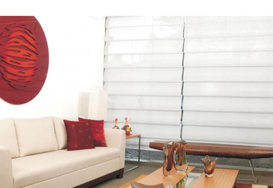 A cortina Romana Flex combina com o estilo contemporâneo na decoração do ambiente, deixando-o charmoso e aconchegante, ao controlar o excesso de iluminação.