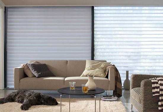 A Cortina Seychelles possui lâminas de tecido suspensas entre duas telas transparentes. A sobreposição permite a integração com o ambiente externo, sem contar sua beleza e requinte, dando um controle suave da luz no ambiente.