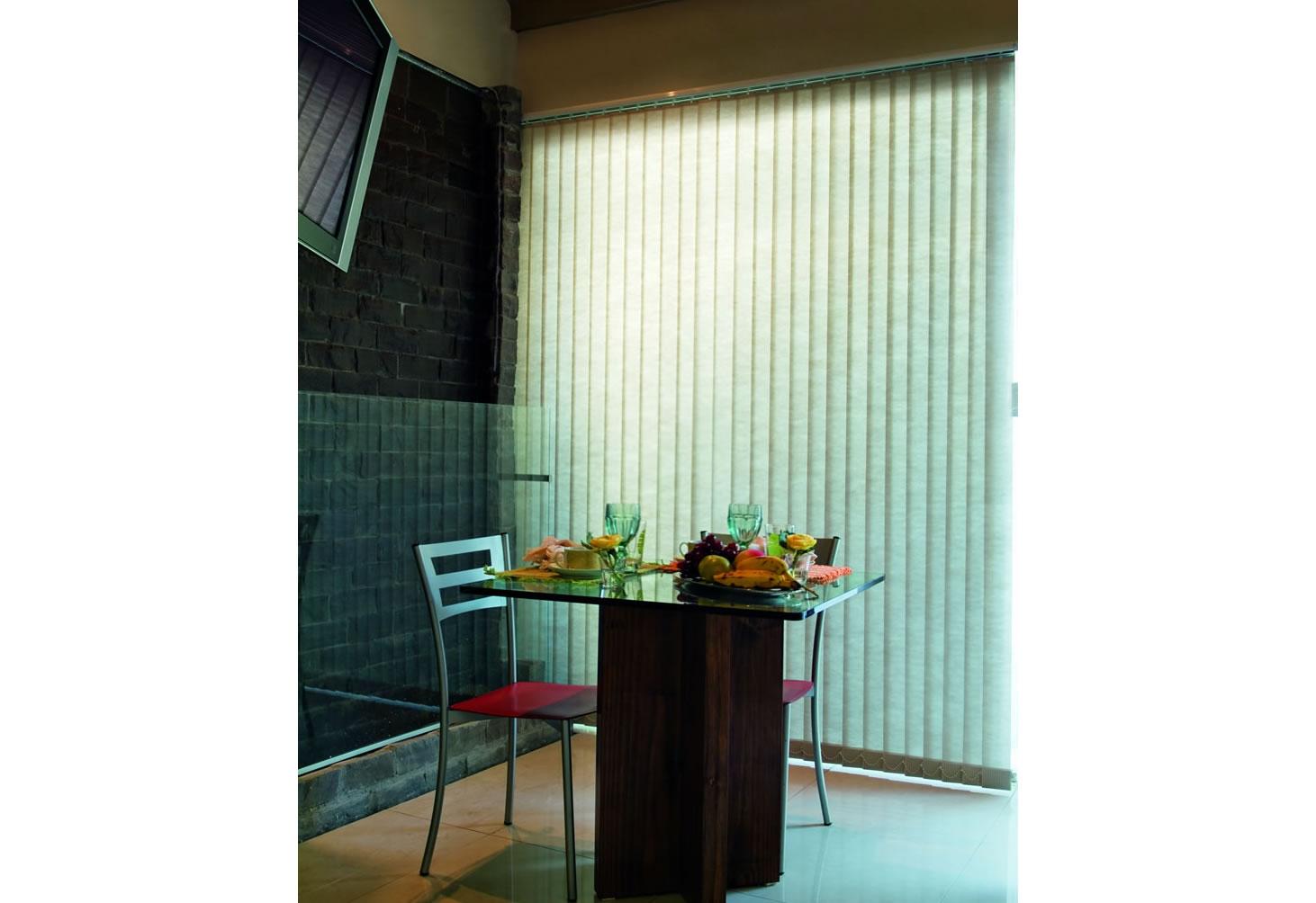 Persiana Vertical Tecido adapta-se a diversos tipos de ambientes proporcionando um controle único sobre a luminosidade, privacidade e também a visibilidade externa, trazendo charme e aconchego na decoração.