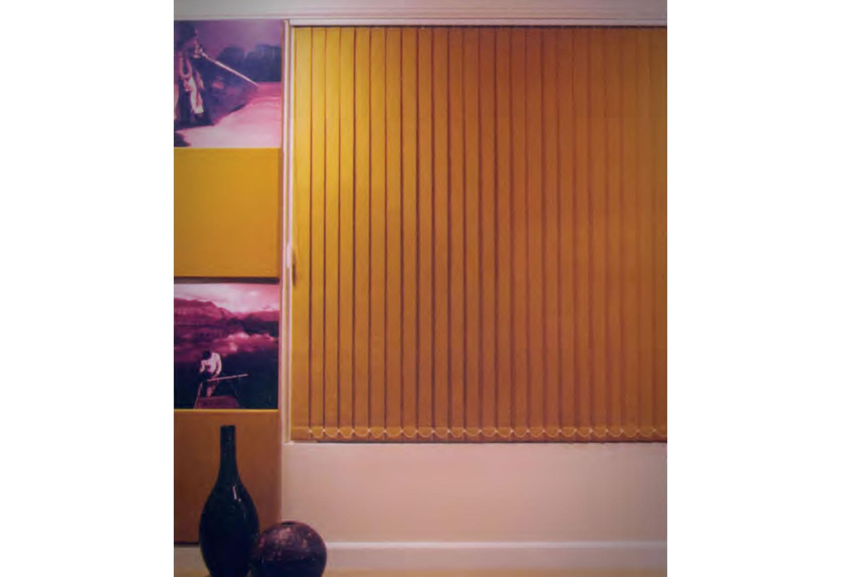 As persianas verticais, dispensam apresentações, pois adaptam-se bem a todos os ambientes, podem ser montados em lâminas que proporcionam diversos níveis de controle.